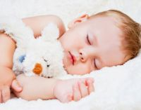 Ребенок спит с мишкой