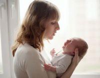 Младенец плачет на руках у мамы