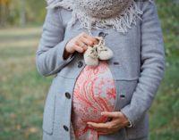 Беременная с пинетками гуляет