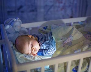 Малыш спит в кроватке
